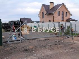 ворота на фоне дома