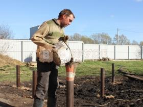 работник с ведром цемента