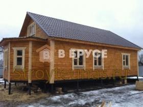 интересный домик с двухскатной крышей