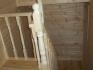 спуск со второго этажа по деревянной лестнице