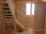 холл с леревянной лестницей